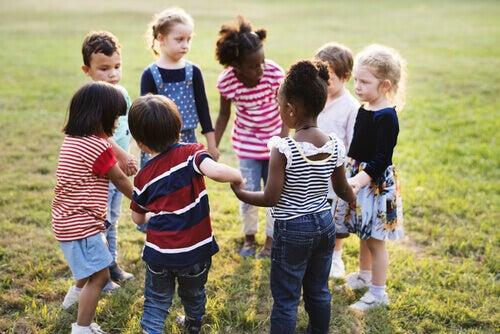 Crianças brincando juntas em roda