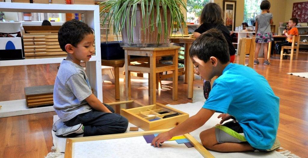Meninos aprendendo e se divertindo na escola