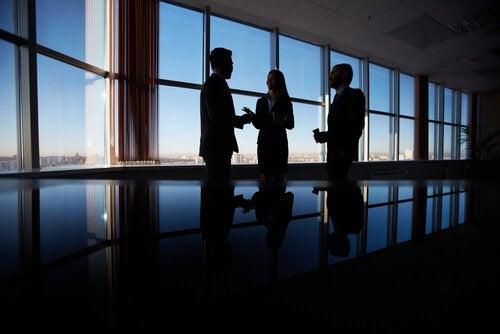 Pessoas negociando em ambiente de trabalho