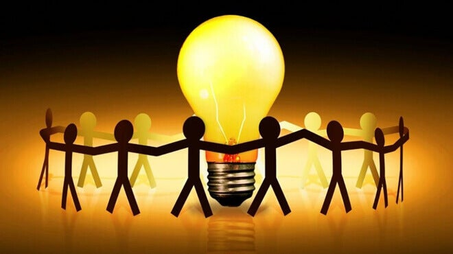 Pessoas em volta de lâmpada