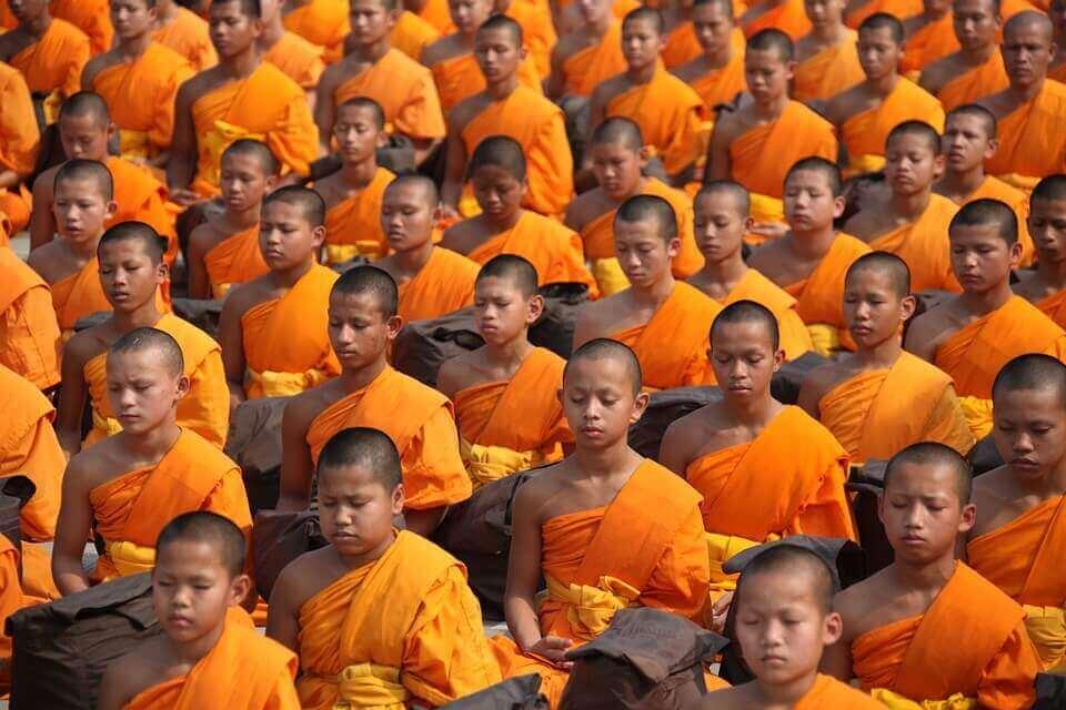 Monges budistas meditando