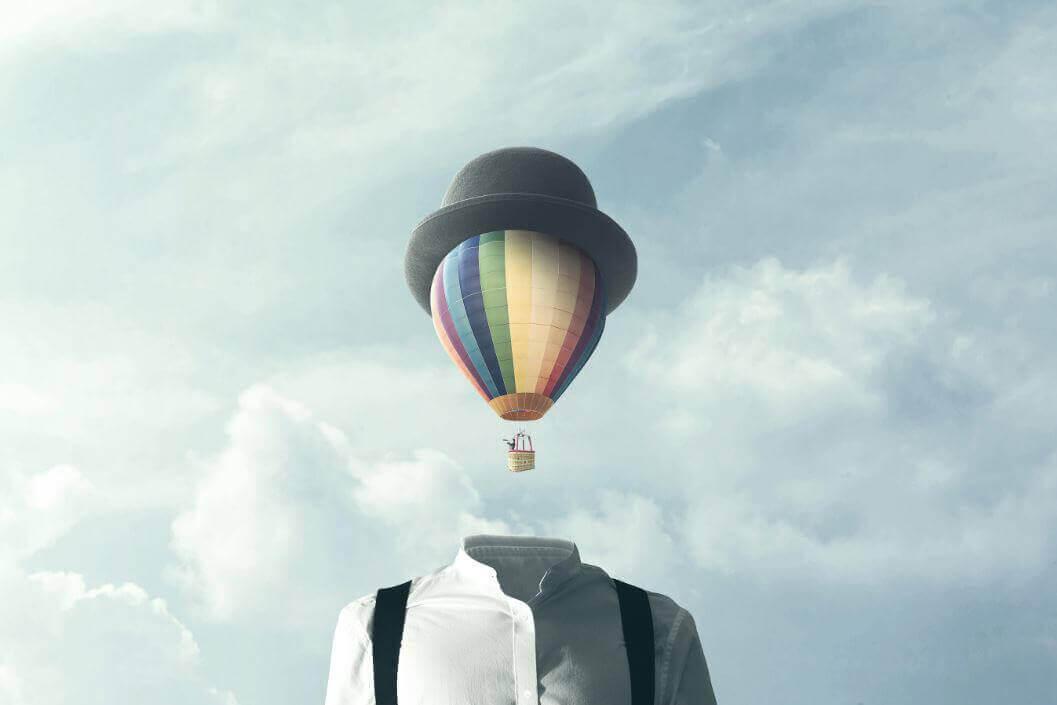 Homem com balão no lugar da cabeça