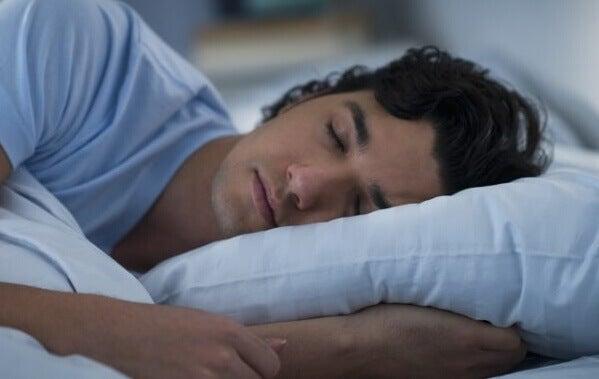 Homem dormindo sob o efeito de medicamentos