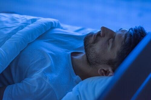 Homem dormindo para estudar fases do sono