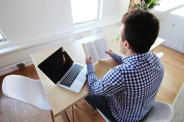 Homem fazendo home office