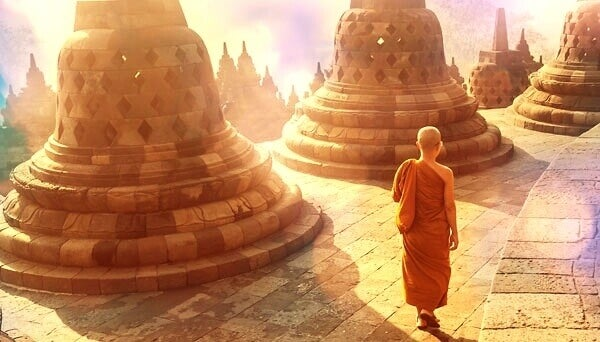 Monge andando em templo