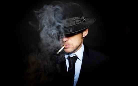 Homem de chapéu fumando