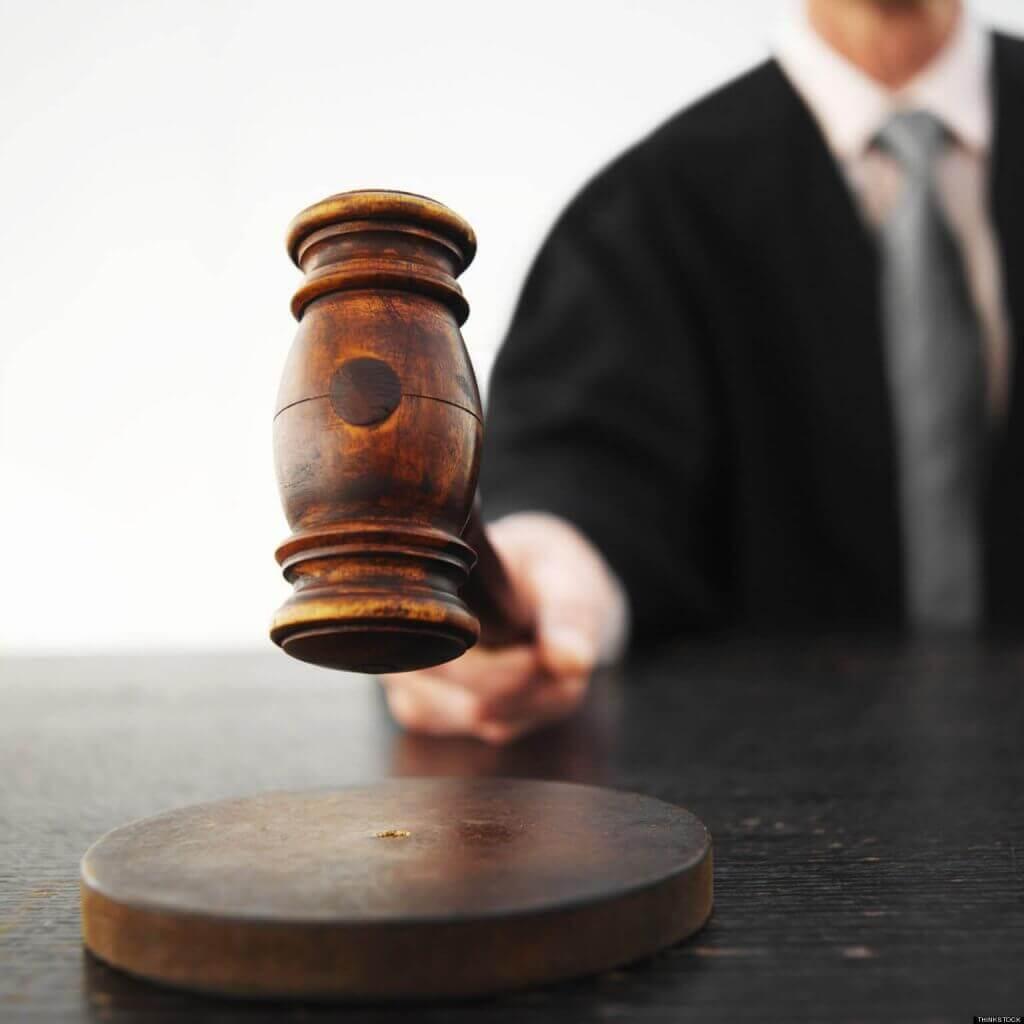 Juiz batendo o martelo