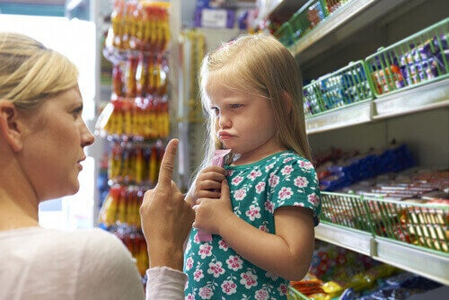Menina fazendo birra no supermercado