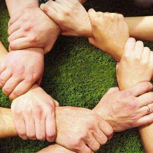 Mãos unidas construindo sociedade