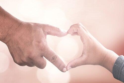 Mãos unidas formando coração