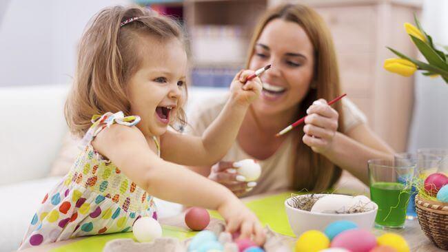 Mãe brincando com sua filha pequena