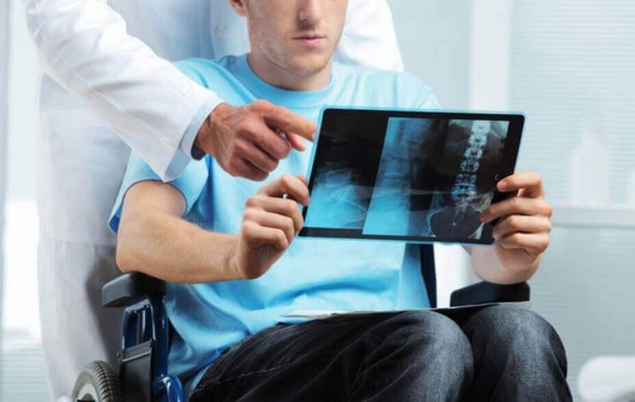 Médico explicando exame a paciente