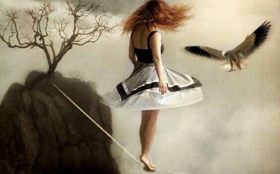 Mulher andando em corda bamba