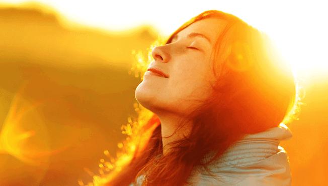 Mulher aproveitando a luz do sol