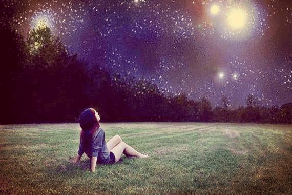 Mulher buscando sua estrela em céu noturno