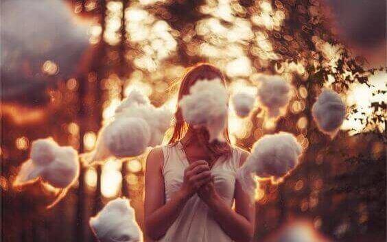 Menina rodeada de nuvens