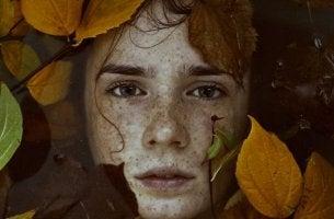 Como ocorre o desenvolvimento da identidade na adolescência?