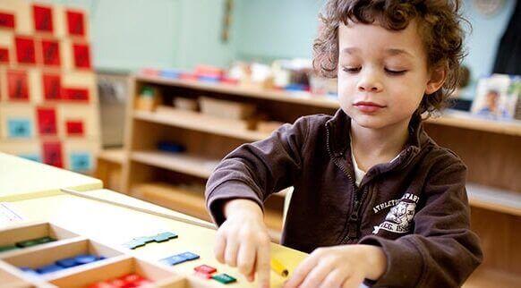 Menino brincando na escola