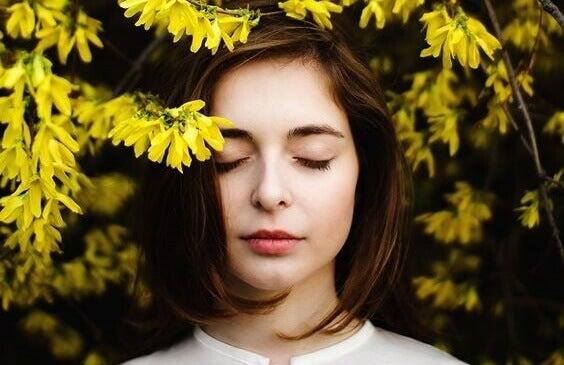 Mulher com flores amarelas