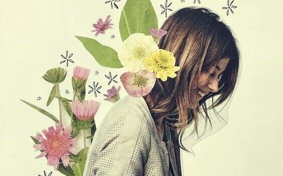 Mulher sorrindo com flores nas costas