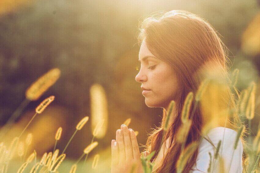 Mulher meditando com os olhos fechados
