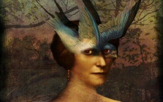 Mulher com pássaro na cabeça