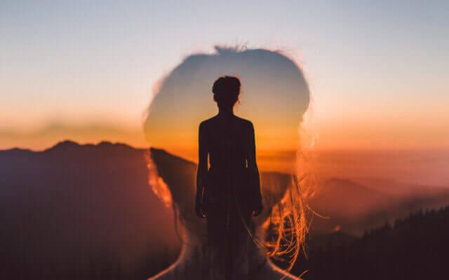 Mulher observando por do sol