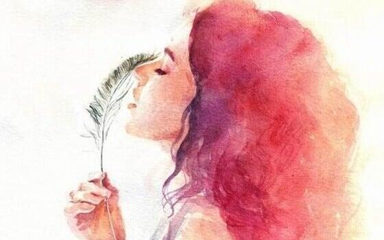 Mulher com pluma na mão