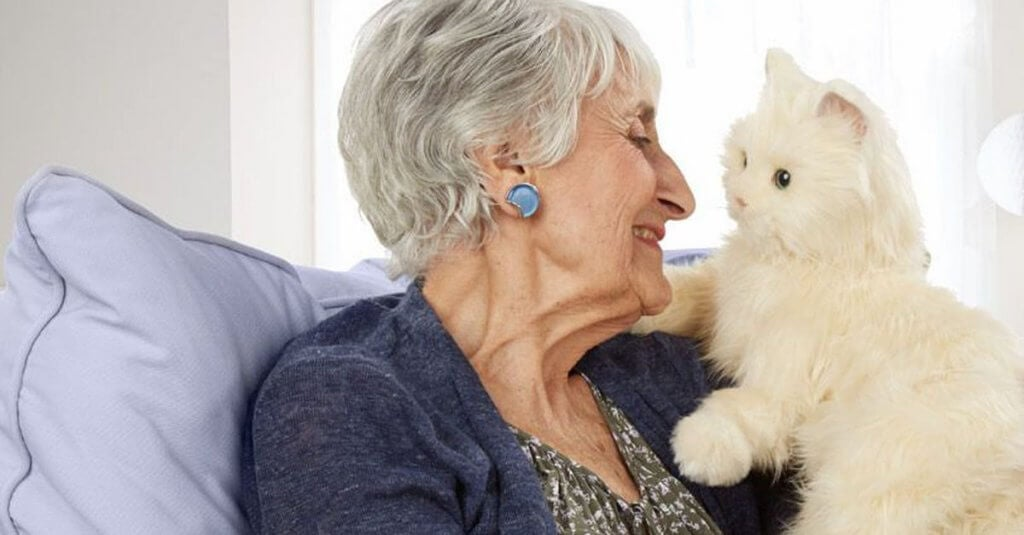 Mulher idosa com seu gato