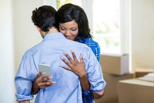 Mulher infiel abraçando seu marido
