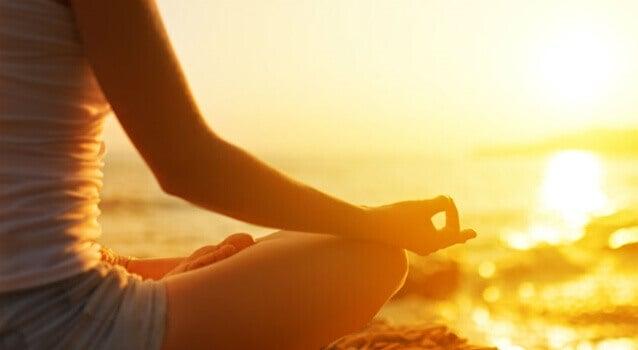 Mulher meditando