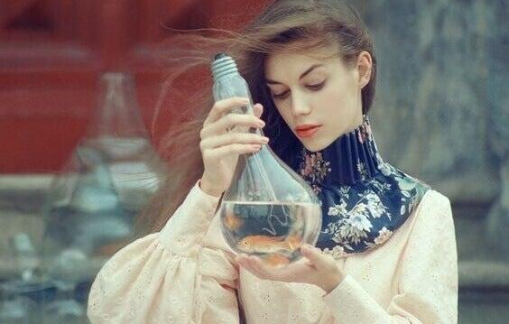 Mulher segurando frasco de água