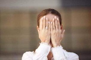 Mulher sofrendo de agnosia