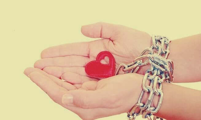 Coração em mãos algemadas