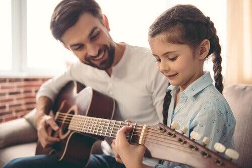 Pai tocando violão com a filha