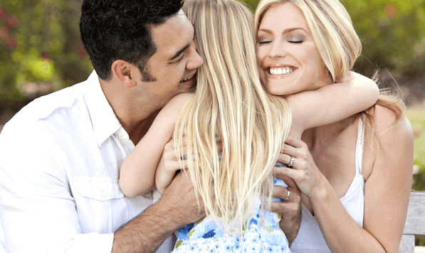 Pais abraçando sua filha
