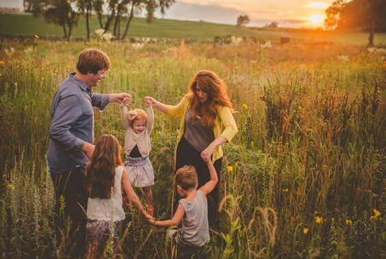 Família unida no campo
