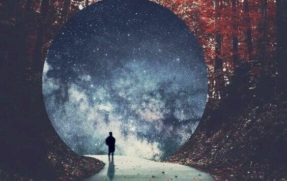 Homem em caverna diante de céu estrelado