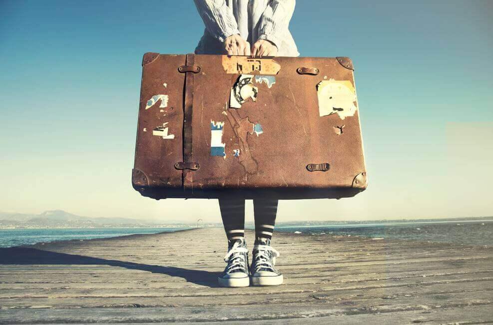 Pessoa segurando mala de viagem