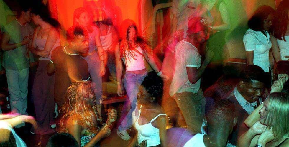 Pessoas consumindo drogas em festas