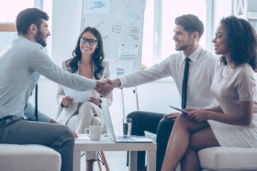 Pessoas fechando negócio em uma reunião