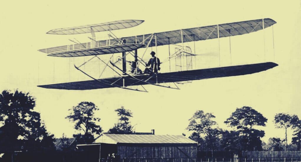 Homem em um dos primeiros aviões