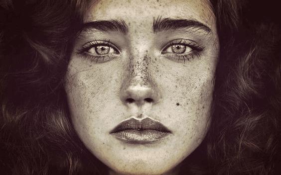 Mulher com sardas no rosto