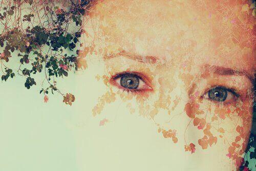 Rosto de mulher com folhas e flores