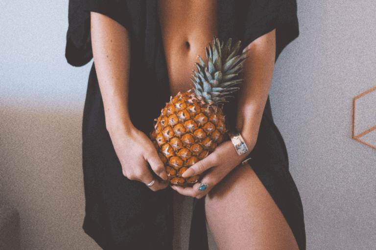 Mulher segurando abacaxi