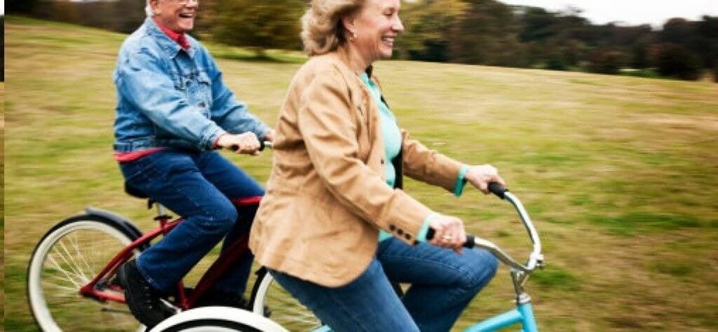 Idosos andando de bicicleta