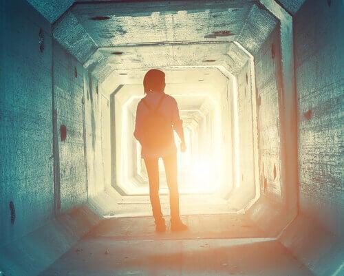 Menina adolescente explorando túnel desconhecido