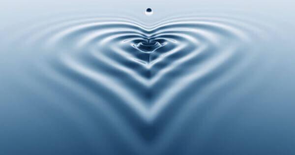 Gota pingando e formando coração na água