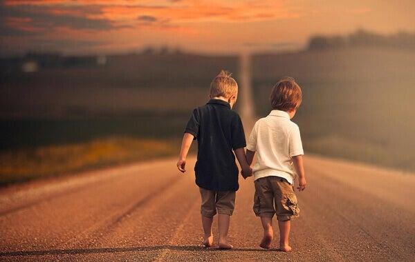 Crianças de mãos dadas em estrada
